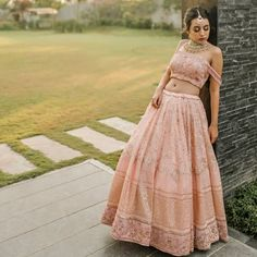 Pretty Lehenga Blouse Designs To Jazz Up Your Bridal Look New Lehenga, Pink Lehenga, Lehenga Blouse, Full Sleeves Blouse Designs, Bridal Blouse Designs, Saree Blouse Designs, Summer Wedding Outfits, Bridal Outfits, Bridal Looks