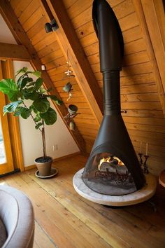 An Artists 1963 A-frame Luxe Lodge Name: Desanka N. Los Article ideas for Best Of Modern Design The post An Artists 1963 A-frame Luxe Lodge appeared first on Design Ideas. A Frame Cabin, A Frame House, Malm, Vintage Fireplace, Fireplace Modern, Traditional Fireplace, Retro Home Decor, House In The Woods, Wood Design