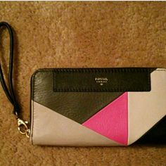 NWT Fossil wallet/wristlet Re-posh. NWT Fossil wristlet/wallet/clutch. Inside has a zipper pocket, 12 card slots, and 2 slots for cash. Also has zipper pocket on back. Fossil Bags Wallets