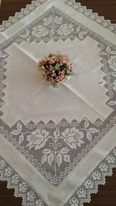 This Pin was discovered by HUZ Filet Crochet, Crochet Borders, Crochet Stitches, Knit Crochet, Crochet Tablecloth, Crochet Doilies, Crochet Designs, Crochet Decoration, Embroidery