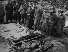 Russian soldiers watch the burnt bodies of Joseph Goebbels and his wife Magda in the bunker garden. Next to them, the bodies of their 5 poisoned children, found in the interior. Joseph Goebbels, Joseph Stalin, Berlin, Testament, German Women, The Third Reich, Red Army, Bunker, Titanic