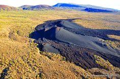 Volcán de Siete Fuentes, en el término municipal de Arico en las estribaciones del Parque Nacional del Teide, otra erupción de lava negra muy singular en la isla de Tenerife. Más fotos aéreas en la web temática más completa de Canarias. http://www.fotosaereasdecanarias.com/ Reservados todos los derechos.