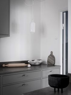 Nordiska Kök - Grey in frame minimalist kitchen with a limestone countertop. Get more kitchen inspiration and Scandinavi Kitchen Interior, Interior Design Living Room, Kitchen Decor, Kitchen Lamps, Kitchen Lighting, Kitchen Ideas, Kitchen Layout, Kitchen Design, Kitchen Display