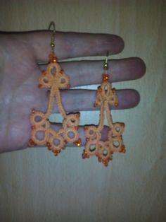 Oranžové+náušnice+s+korálky+délka+5+cm,+materiál+bavlna+a+korálky