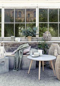 Zement und Gartenmöbel aus Beton im minimalistischen Garten