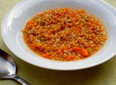 La zuppa di grano saraceno e lenticchie rosse è un gustoso piatto unico vegetariano e vegano perfetto per scaldarsi durante le fredde serate invernali, semplice e veloce da preparare. Il gusto particolare del grano saraceno si sposa perfettamente con le lenticchie rosse, creando un piatto non solo invitante e saporito ma anche molto nutriente. La zuppa di grano saraceno e lenticchie rosse è inoltre gluten free, ideale quindi per chi è intollerante al glutine.