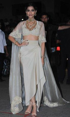 Sonam Kapoor impressed in her Anamika Khanna sari gown at the 60th Filmfare Awards 2014.