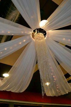 El tul puede ser una excelente opción para decorar el techo de una fiesta y lograr que se vea totalmente llamativo y novedoso. Algunos ti... #weddingdecoration