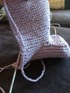 strikkelykken: Oppskrift p mini ugg Ugg Slippers, Slipper Socks, Knitting Patterns, Crochet Patterns, Ugg Boots, Uggs, Brown, Mini, Accessories