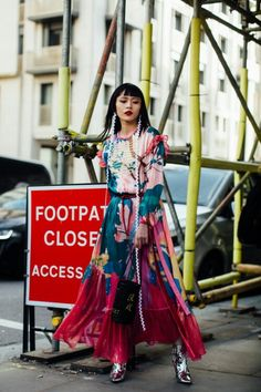 The 45 Top Looks from the London Fashion Week Fall 2018 Street Style Scene - FashionFiles Street Style Chic, Autumn Street Style, Cool Street Fashion, Street Style Looks, Daily Fashion, Red Fashion, Colorful Fashion, London Fashion Week 2018, Estilo Harajuku