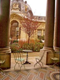 Un Café in peaceful Solitude at the Petit Palais    Avenue Winston Churchill, opposite Le Grand Palais