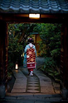 Maiko - Gion, Kyoto, Japan #obi #kimono √