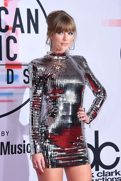 Taylor Swift nearly blinded us when she hit the red carpet in a silver minidress and matching boots at the American Music Awards in LA on Tuesday night. Taylor Swift 2018, Taylor Swift Moda, Taylor Swift Fotos, Taylor Swift Style, Taylor Swift Pictures, Taylor Alison Swift, Swift 3, American Music Awards, Mariah Carey