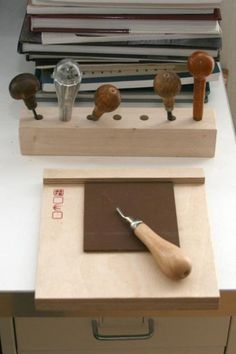 *Bench hook and tool stand for linoleum work (easy made)* _Here are a little inspiration for the artists._ Just a few handy tools for linoleum work. Linoleum Block Printing, Stamp Carving, Art Graphique, Tool Stand, Tampons, Linocut Prints, Art Techniques, Letterpress, Printmaking