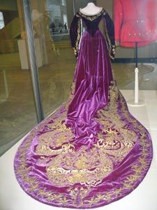 Russian court train perhaps having belonged to Tsarina Alexandra. Historical Costume, Historical Clothing, Vintage Gowns, Vintage Outfits, Victorian Fashion, Vintage Fashion, Court Dresses, Lesage, Period Outfit
