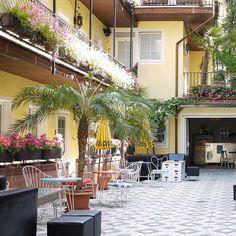 Endlich Frühling! Wo man am schönsten draußen sitzen kann, haben wir für euch zusammengefasst. Lokal, Das Hotel, Mai, Outdoor Decor, Home Decor, Front Courtyard, Indoor Courtyard, Turkish Restaurant, Decoration Home