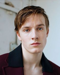 a new supernatural series on Netflix At the center of the mystery is Jonas, played by actor Louis Hofmann. Photography José Cuevas for Interview Louis Hofmann, Celebs, Celebrities, Face Claims, Actors & Actresses, Sexy Men, Beautiful People, Mystery, Interview