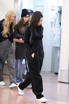 Jennie Kim at Gimpo Airport heading to Japan Blackpink Outfits, Kpop Fashion Outfits, Blackpink Fashion, Korean Outfits, Casual Outfits, Womens Fashion, Petite Fashion, Seoul Fashion, Curvy Fashion