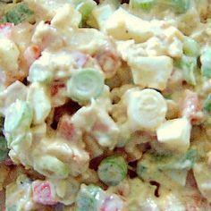 Kipsalade met lente-ui en paprika / * 250 gr kipfilet (gebakken en afgekoeld) * 100 gr lente-uitjes * 80 gr rode paprika * 1 hardgekookt ei * 150 gr mayonaise * 2 koffielepels mosterd * currypoeder * peper --- De kipfilet, de lente-uitjes, de paprika en het eiwit in kleine stukjes snijden. Alles samen in een kom doen. De eierdooier pletten en mengen met de mayonaise en mosterd. Roer de saus door het vleesmengsel en kruidt met currypoeder en peper volgens eigen smaak.