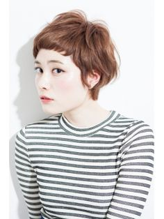 """How to style the Pixie cut? Despite what we think of short cuts , it is possible to play with his hair and to style his Pixie cut as he pleases. For a hairstyle with a """"so chic"""" and pointed… Continue Reading → Haircuts With Bangs, Cute Hairstyles For Short Hair, Pixie Hairstyles, Pretty Hairstyles, Short Hair Cuts, Curly Hair Styles, Pixie Haircuts, Black Pixie Cut, Pixie Cut Round Face"""
