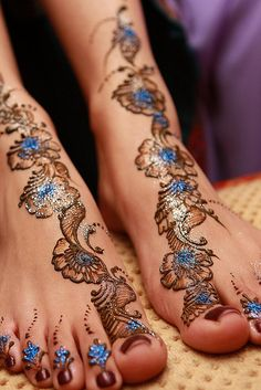 Mehndi is derived from the Sanskrit word mendhika. Mehndi Designs are also called as henna designs and henna tattoos.In Indian marriages there are so many things which are very important, in all mehndi also playing a great role in marriages. Henna Tattoo Designs, Henna Tattoo Bilder, Henna Tatoos, Body Art Tattoos, Cool Tattoos, Paisley Tattoos, Et Tattoo, Tatoo 3d, Tattoo Fonts