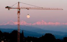 Wow: That's One Strong Crane...!