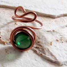 anel em fio de cobre e conta de vidro verde
