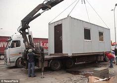 Группа пользователей интернета инициировала кампанию по сбору средств на постройку дома для нищего старика из Румынии Фото dailymail.co.uk