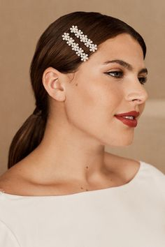 Glass pearls give these floral hair pins a lavish touch. Wedding Hairstyles For Medium Hair, Elegant Hairstyles, Vintage Hairstyles, Easy Hairstyles, Elegant Wedding Hair, Vintage Wedding Hair, Floral Hair, Face Hair, Medium Hair Styles
