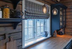 Roger's Hytteside - Den ferdige hytta Valance Curtains, Farmhouse Style, House Ideas, New Homes, Barn, Cottage, Rustic, Interior, Sims