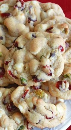 white chocolate cranberry pistachio cookies These buttery cookies combine white chocolate, sweet-tart cranberries, and slightly salty pistachios to make a deliciously memorable cookie! Köstliche Desserts, Delicious Desserts, Dessert Recipes, Plated Desserts, Candy Cookies, Yummy Cookies, Buttery Cookies, Cookie Favors, Heart Cookies