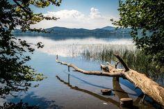 Der Laacher See befindet sich in der Vulkaneifel nahe der Abtei Maria Laach in Rheinland-Pfalz und ist mit 3,3 qkm Fläche der größte See…