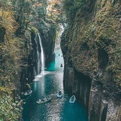 Takachiho Gorge in Japan! Not sure it can get more magical than this. 😍👍 Anyone been?! #avenlylanetravel