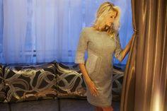 Szara elegancka sukienka z cienkiej wełny to hit tej jesieni.