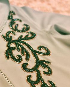 Aucun texte alternatif disponible Hand Embroidery Dress, Tambour Embroidery, Hand Embroidery Videos, Embroidery On Clothes, Couture Embroidery, Hand Embroidery Stitches, Silk Ribbon Embroidery, Embroidery Fashion, Tambour Beading