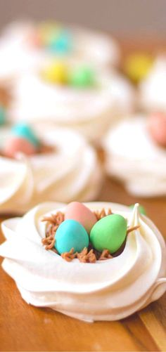 Birds Nest Cookies, a traditional Easter recipe with a fun new twist. These birds nest cookies star with easy meringue nests that are filled chocolate frosting and candy coated eggs. Baking Recipes, Cake Recipes, Snack Recipes, Merangue Recipe, Easter Dinner Recipes, Meringue Cookies, Easter Chocolate, Special Recipes
