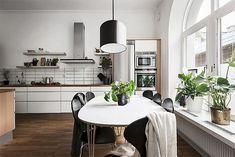 Un salón diáfano y nórdico en blanco y negro · A nordic b