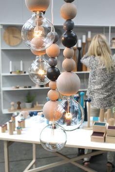 Flotte lamper/pærer med træperler på stofledninger fra Applicata.
