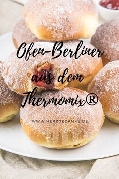 We love Berliners! No wonder, because I am one myself. Fluffy yeast dough and fruity jam make them a pastry when . Italian Pasta Recipes, Italian Desserts, Greek Recipes, Spring Desserts, Apple Desserts, Delicious Desserts, Bon Dessert, Oreo Dessert, Great Appetizers