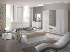 lit deux places en cuir capitonné blanc neige, dressing blanc laqué, fauteuil relax et sol en parquet massif