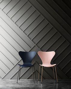 As famosas cadeiras modelo 3107, de Arne Jacobsen, ganham destaque na parede com textura. Elas também são chamadas de cadeira formiga.