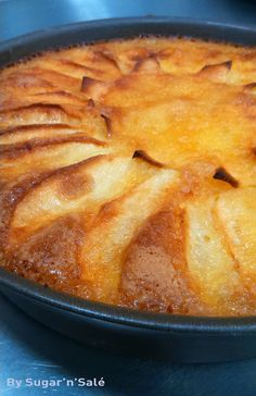 Soft cake and apple fondant, easy to do with your children. Sweet Recipes, Cake Recipes, Dessert Recipes, Mousse Au Chocolat Torte, Apple Pie Recipe Easy, Crockpot Recipes Cheap, Desserts With Biscuits, Healthy Cake, Food Platters