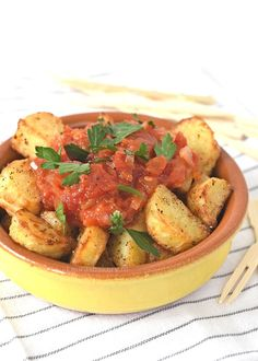 patatas bravas (Laura's Bakery) Veggie Recipes, Appetizer Recipes, Healthy Recipes, Appetizers, A Food, Food And Drink, Caribbean Recipes, Food Festival, No Cook Meals