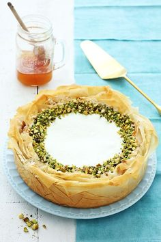 Baklava Cheesecake with honey, pistachio and walnuts (in Hebrew) - Sweet Food No Bake Desserts, Just Desserts, Delicious Desserts, Dessert Recipes, Yummy Food, Baklava Cheesecake, Cheesecake Recipes, Pistachio Cheesecake, Pistachio Baklava