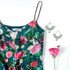 Mais flores, por favor! Como naBlusa O Visitante de Versalhes, que já está disponível nas lojas físicas #amoantix #flores #vesalhes