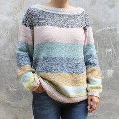 Om modellen:Klassisk sweater i glatstrik strikket oppefra og ned med raglanærmer, normal pasform til den løse side og minimal montering.Modellen strikkes med 1 tråd bundfarve som er den sam... Knitting Projects, Knitting Patterns, Crochet Designs, Her Style, Ravelry, Free Pattern, Knitwear, Knit Crochet, Autumn Fashion