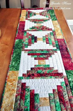 This Quilted Table Runner is a Beautiful Christmas… Xmas Table Runners, Quilted Table Runners Christmas, Patchwork Table Runner, Christmas Runner, Table Runner And Placemats, Table Runner Pattern, Colchas Quilting, Quilting Projects, Quilting Designs