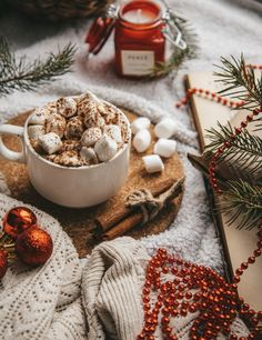 Christmas is just around the corner! Find all you need to make your home festive for the holidays here. Marshmallows, Wallpaper Natal, Hot Chocolate Coffee, Gel Candles, Wallpaper Free Download, Ceramic Cups, Coffee Recipes, Christmas Traditions, Seasonal Decor
