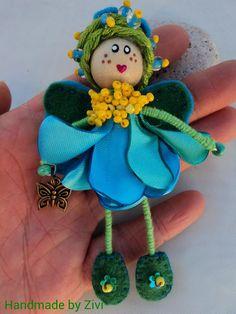 broche pequeña hada de flores hecha de alambre, abalorios y telas en colores  azul, amarillo y verde