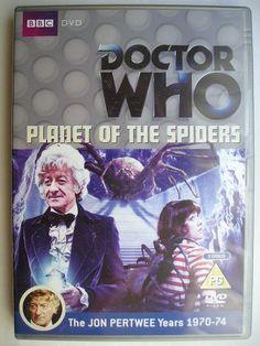 """""""Planet of the Spiders"""" è un'avventura dellundicesima stagione della serie classica di """"Doctor Who"""" trasmessa nel 1974 con il Terzo Dottore e Sarah Jane smith. Segue """"The Monster of Peladon"""" ed è composta da sei parti, scritta da Robert Sloman e diretta da Barry Letts. Immagine dall'edizione britannica del DVD. Clicca per leggere una recensione di quest'avventura!"""